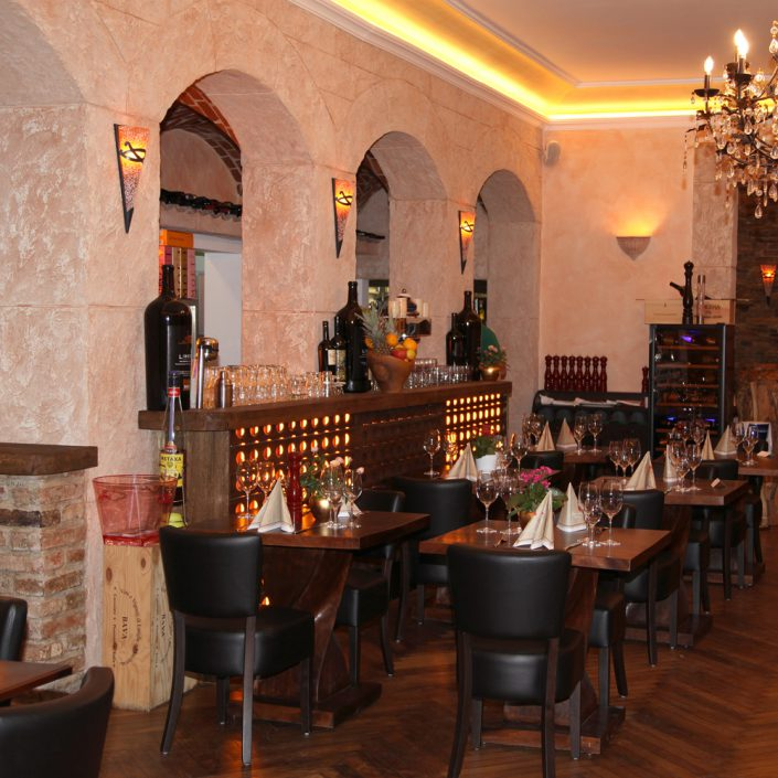 Restaurant Troja München - gedeckte Tische im Barbereich