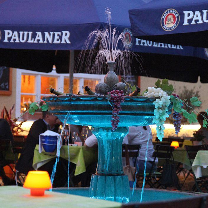 Restaurant Troja München - beleuchteter Brunnen
