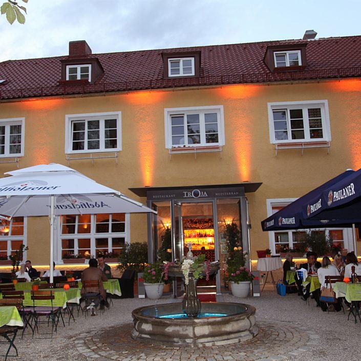 Restaurant Troja München - beleuchteter Eingang