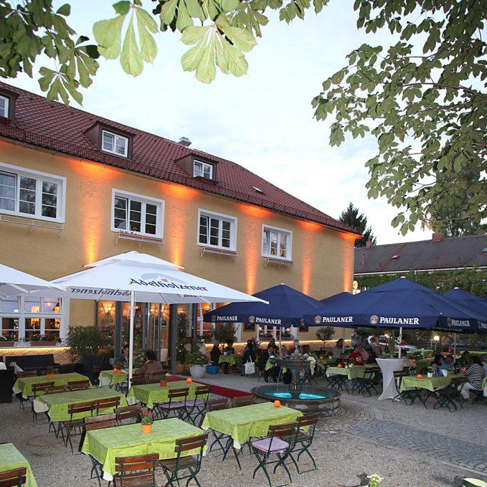 Restaurant Troja München - Biergarten, beleuchtete Fassade
