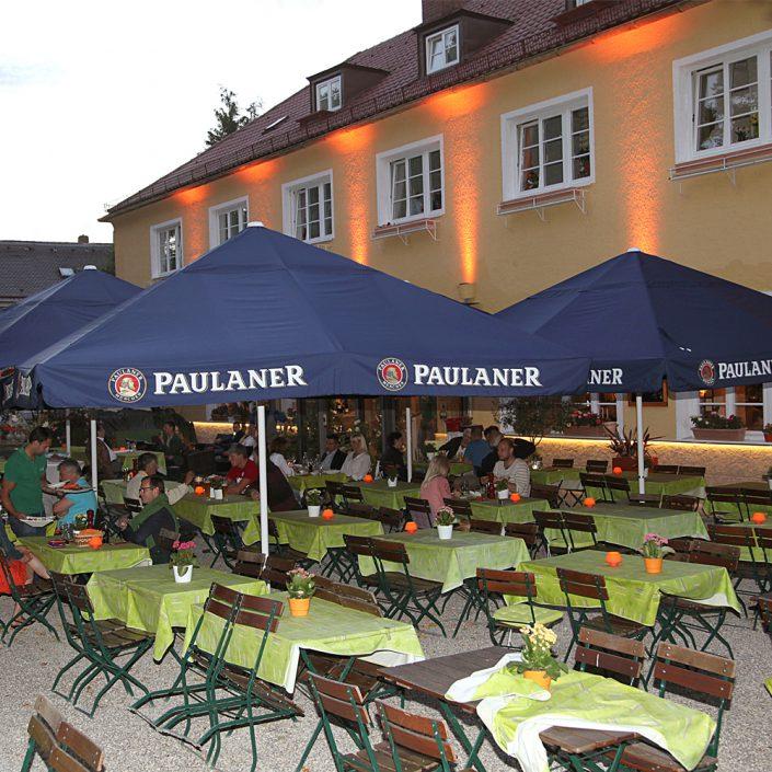 Restaurant Troja München - Biergarten abends