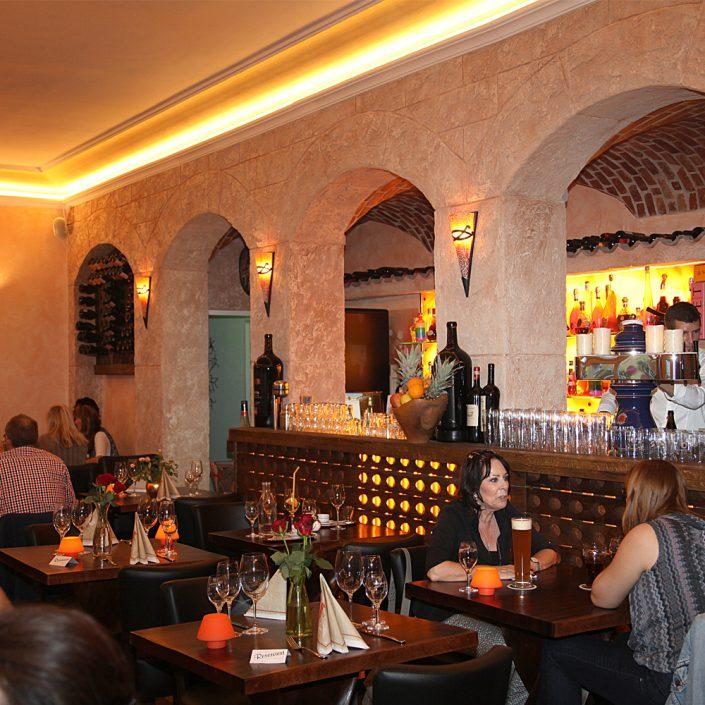 Restaurant Troja München - Tische vor der Bar