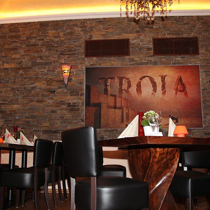 Restaurant Troja München - Nebenraum mit Steinwand
