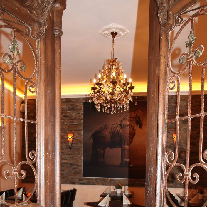 Restaurant Troja München - antike Tür und Lüster