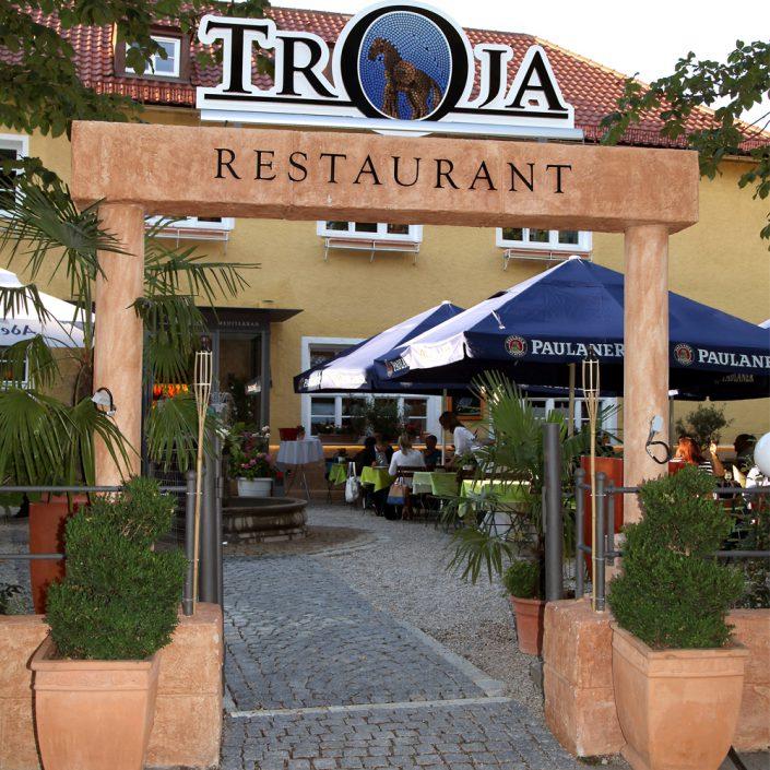 Restaurant Troja München - Torbogen Eingang