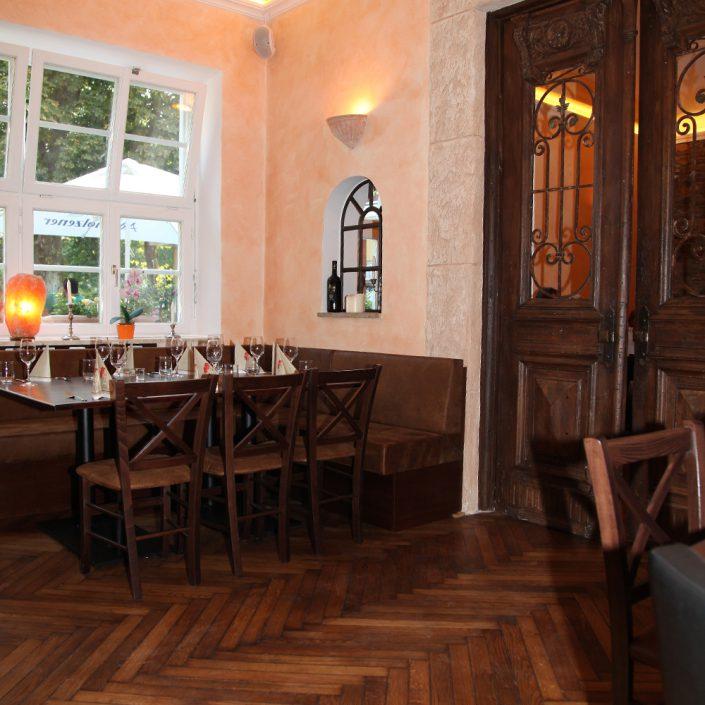 Restaurant Troja München - großer Tisch und Tür zum Nebenraum