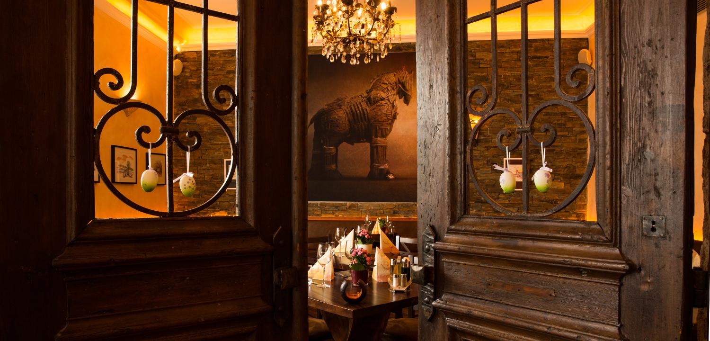 Restaurant Troja München - Blick durch Tür auf Holzpferd