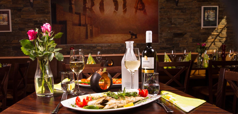 Restaurant Troja - Tischdeko, Weingläser, Fischplatte