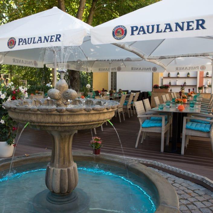 Troja München Terrasse Brunnenansicht