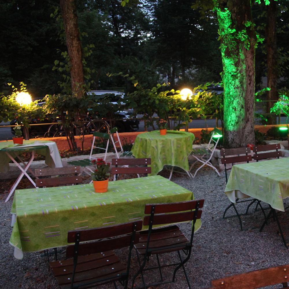 Restaurant Troja München - Biertische, beleuchteter Baum