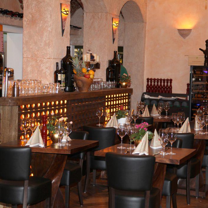 Restaurant Troja München - Tische im Barbereich
