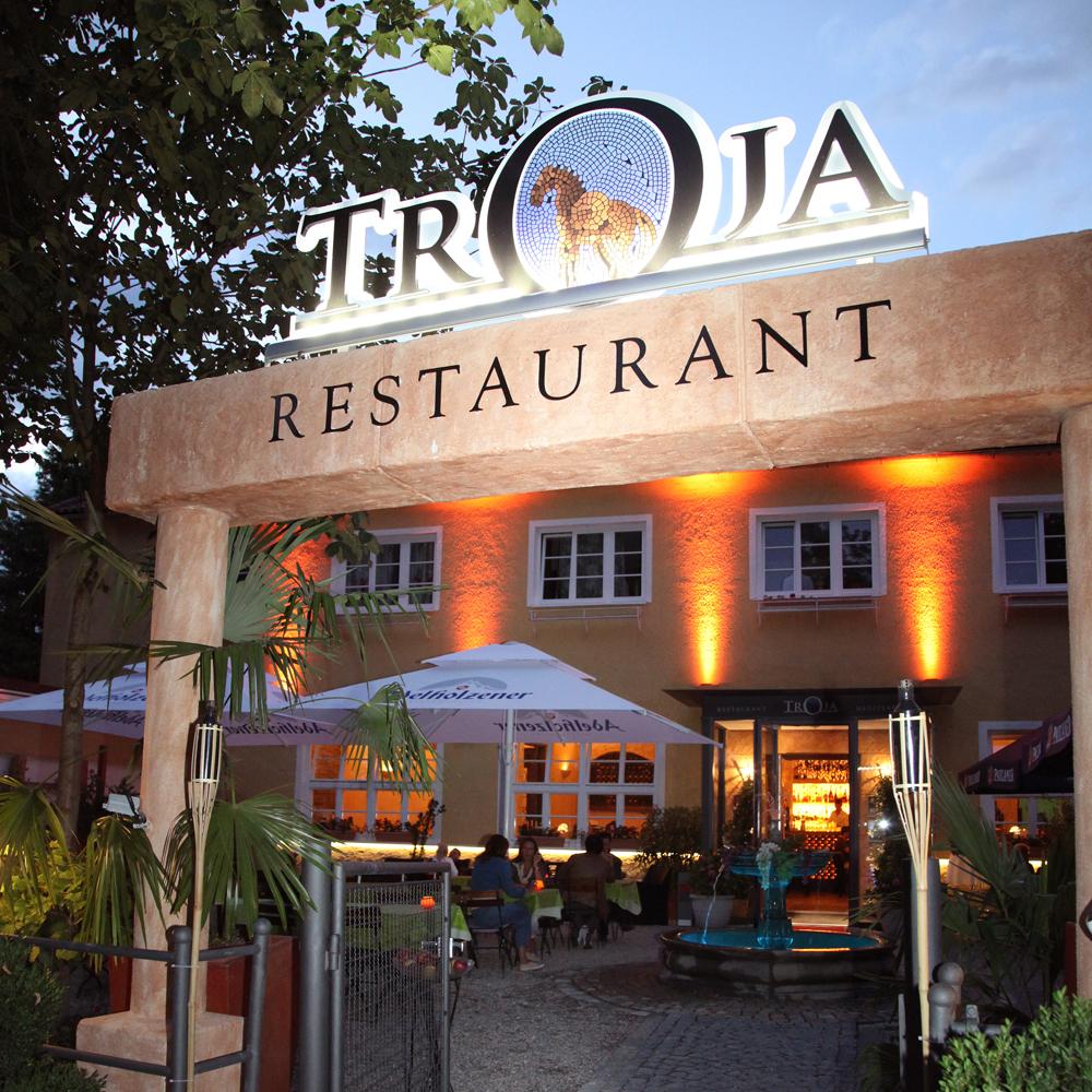 Restaurant Troja München - Eingang Biergarten abends