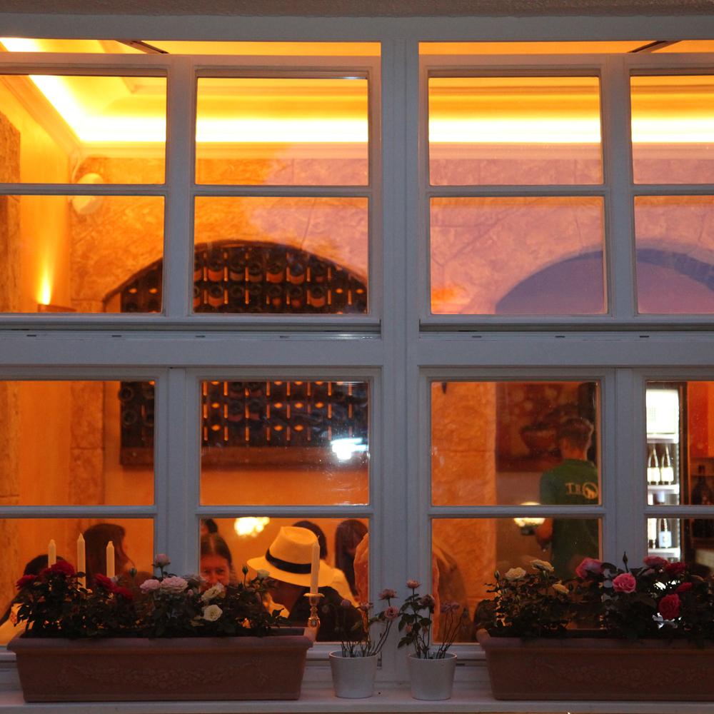 Restaurant Troja München - Blick ins Fenster abends