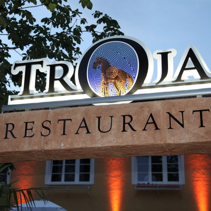 Restaurant Troja München - beleuchteter Troja-Schriftzug