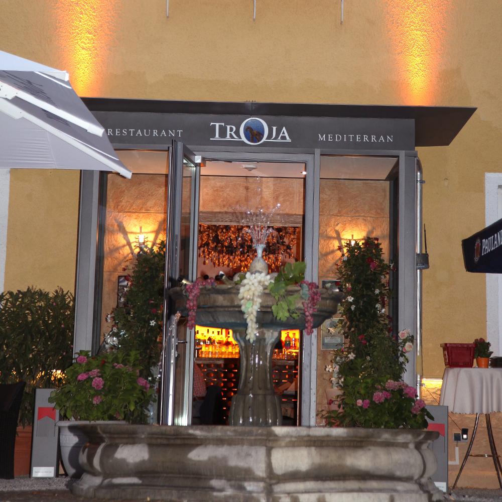 Restaurant Troja München - Brunnen und Eingang