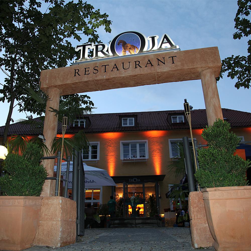Restaurant Troja München - Frontalansicht bei Nacht