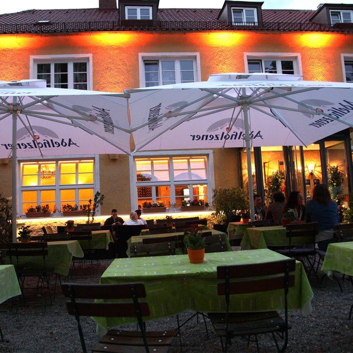Restaurant Troja München - Fassade bei Nacht