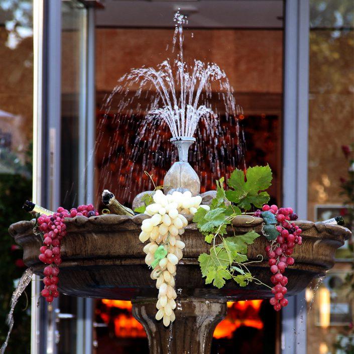 Restaurant Troja München - Brunnen mit Weintrauben