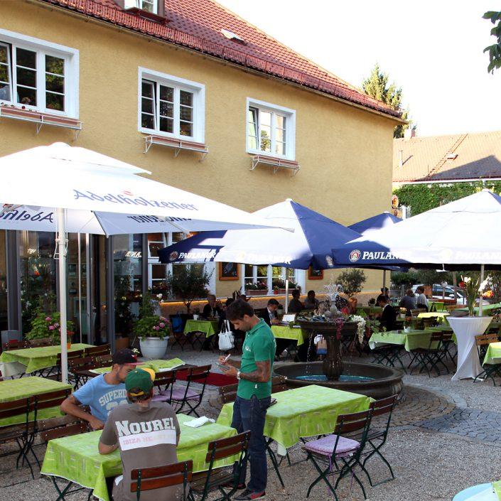 Restaurant Troja München - Biergarten mit Gästen