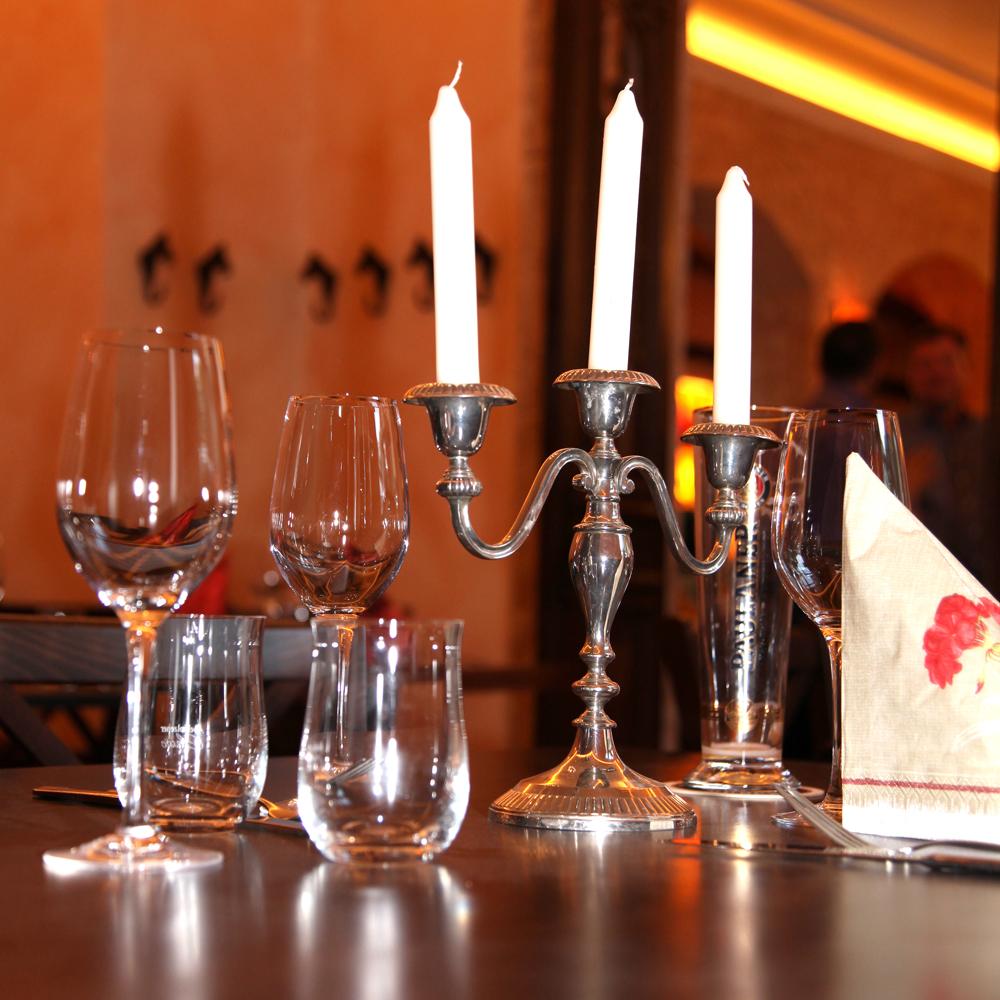 Restaurant Troja München - Kerzenhalter und Gläser