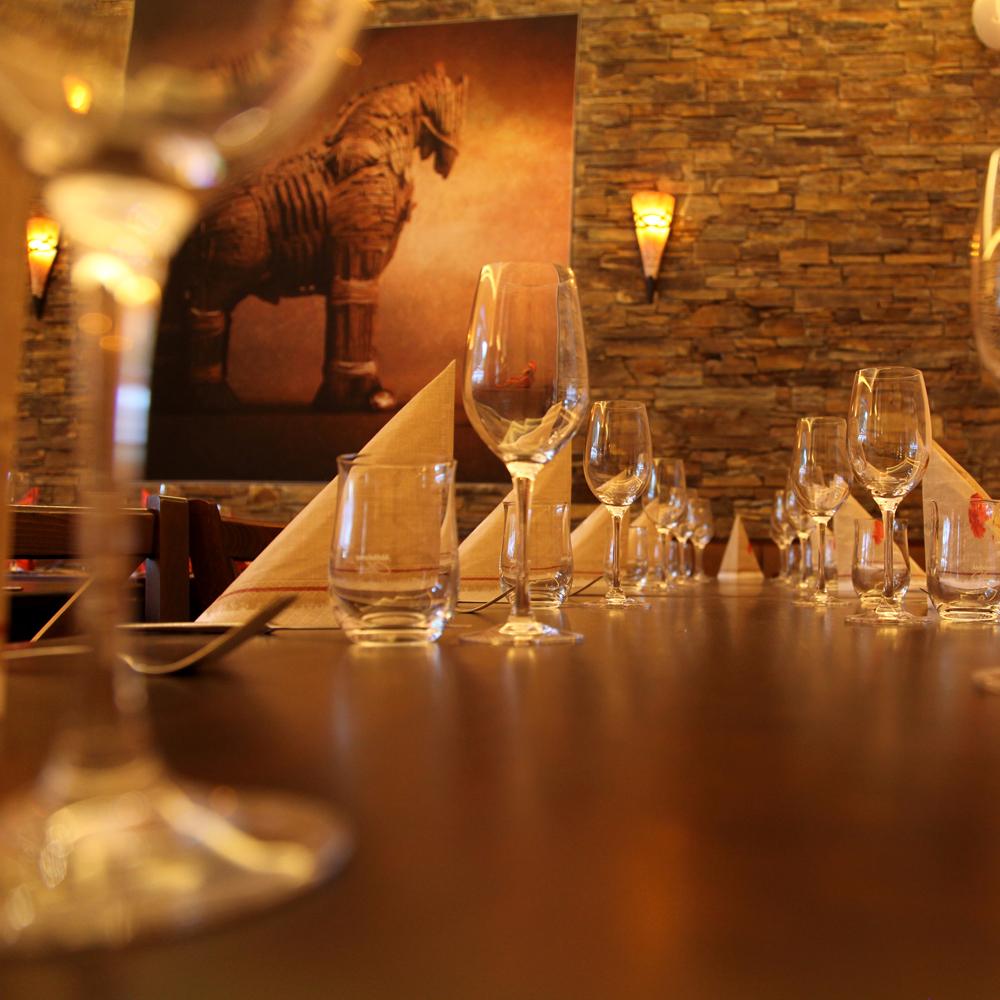 Restaurant Troja München - Pferd, Gläser, Steinwand
