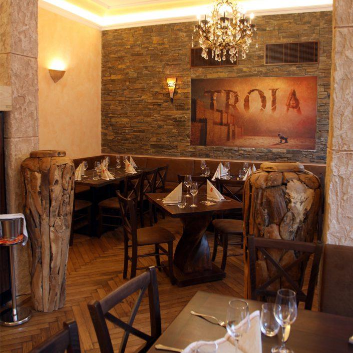 Restaurant Troja München - offener Nebenraum, Holztische, Holzvasen