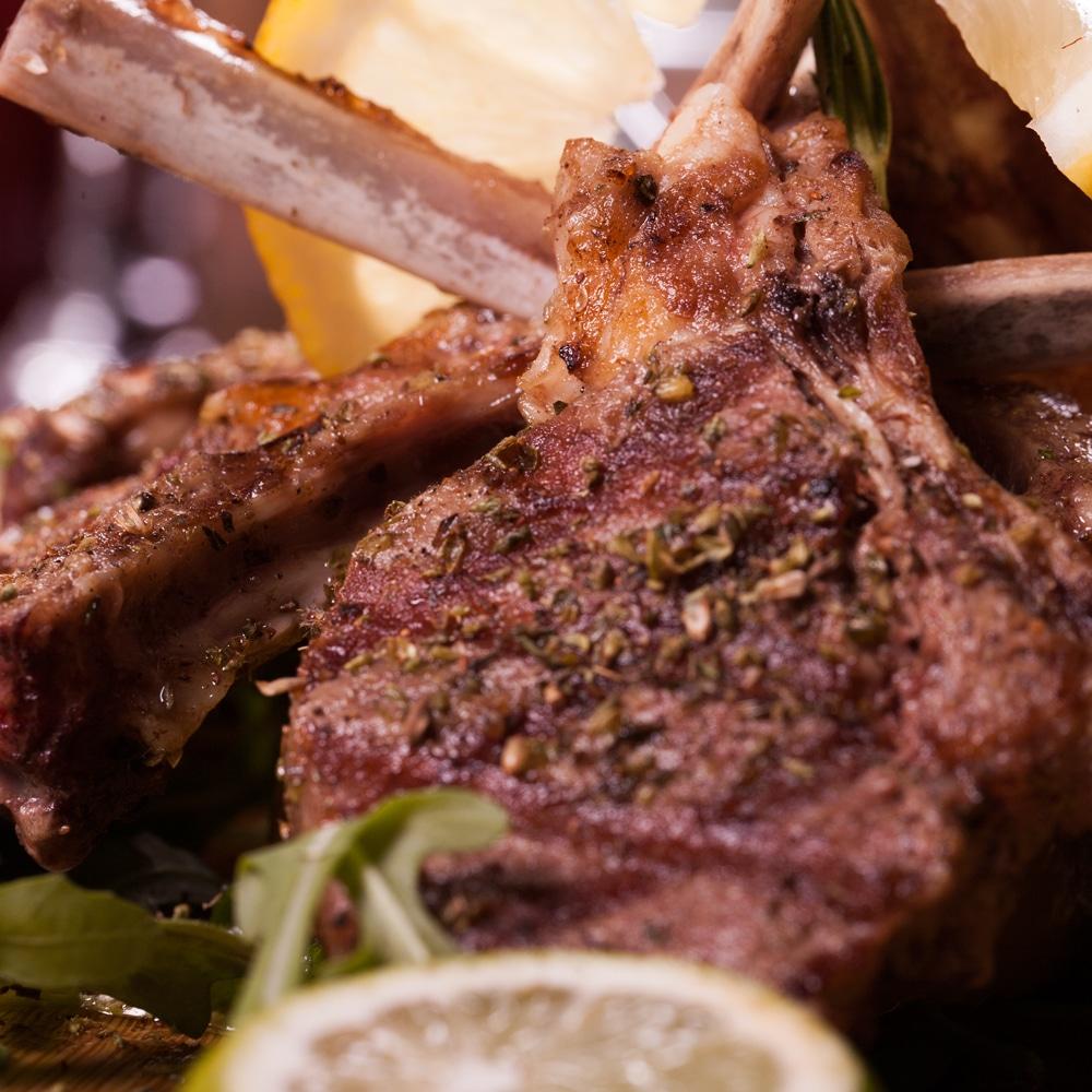 Restaurant Troja München - Speisen - Lammkottlet mit Kräutern