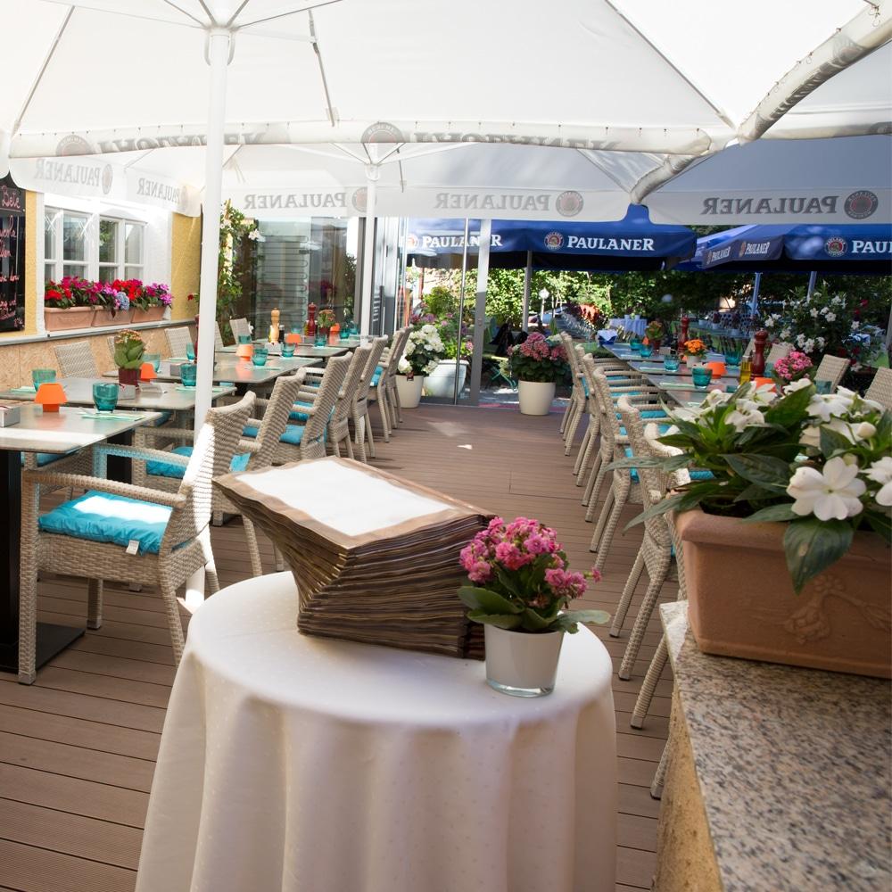 Troja München Terrasse und Tisch mit Speisekarten
