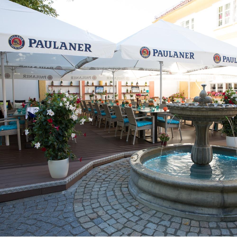Troja München Terasse mit Brunnen