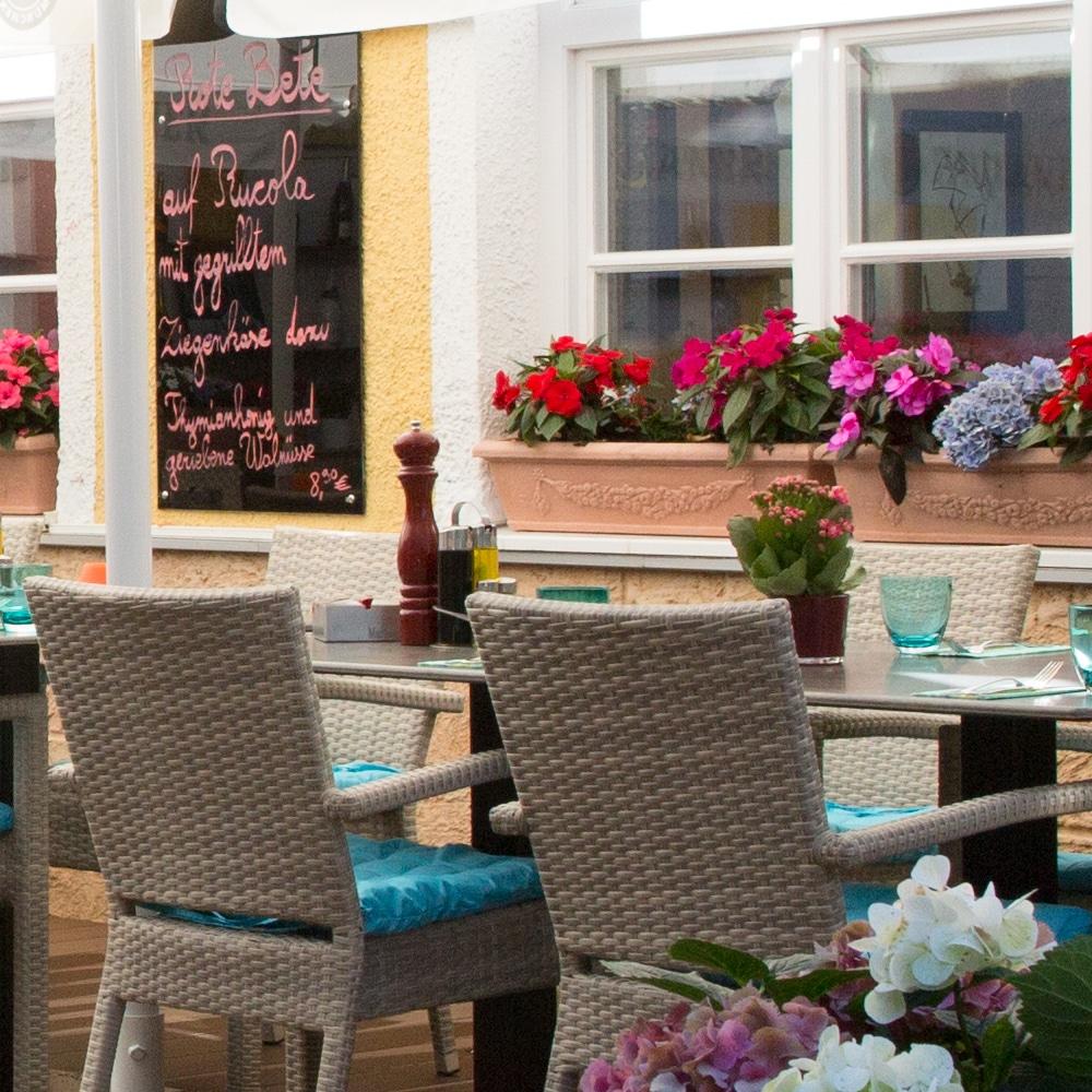 Troja München Fenster mit Blumenkästen